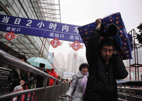 Snow disrupts transport across Shanghai