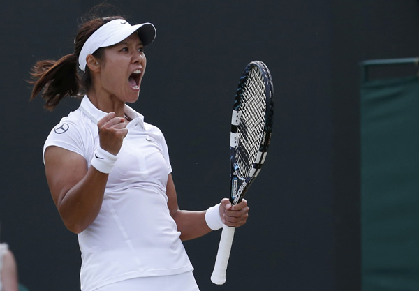 Li Na edges Zakopalova to reach last 16