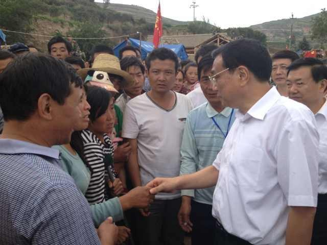 Premier Li visits NW China village after quake