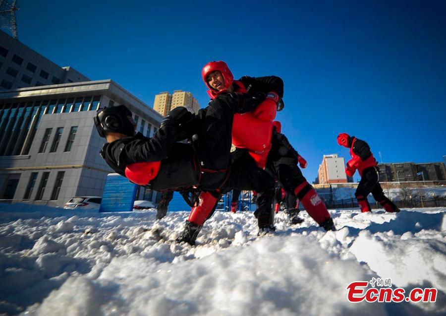 Urumqi SWAT police trained in snow