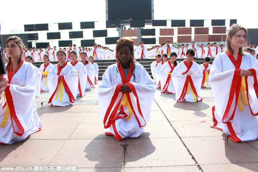 Foreign girls join in ancient Chinese coming-of-age ritual