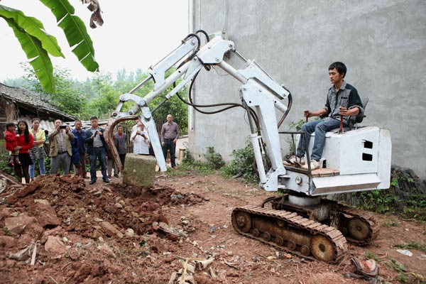 Man impresses with home-made excavator