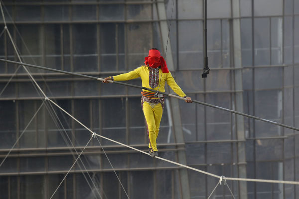 Daredevil breaks blindfolded tightrope walking record
