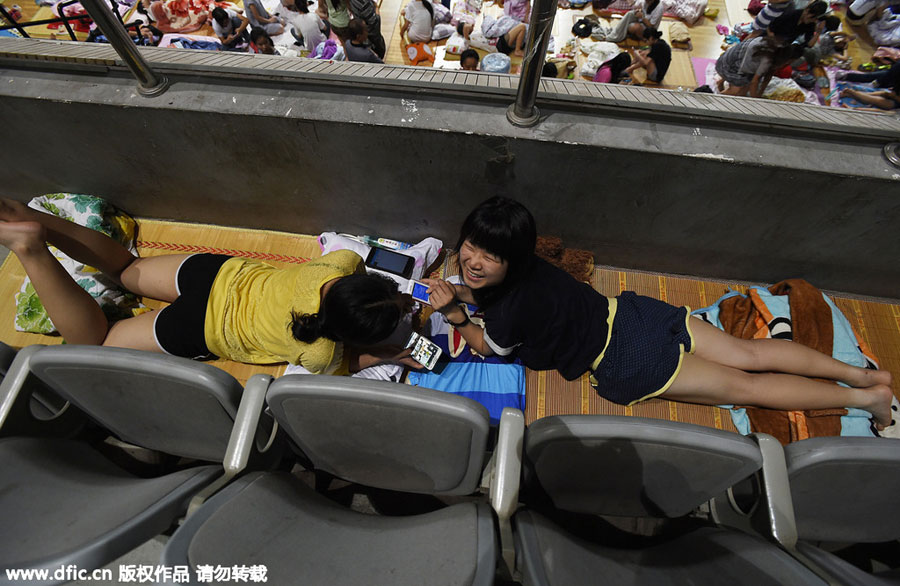 1,000 students sleep in gym to escape heat