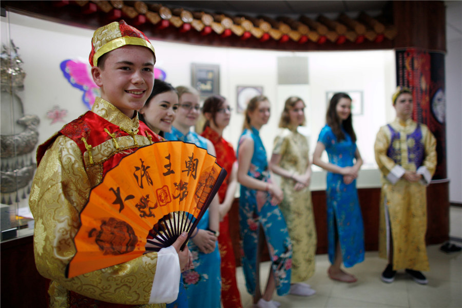 UK students experience Chinese culture in Tianjin[1]| Photos