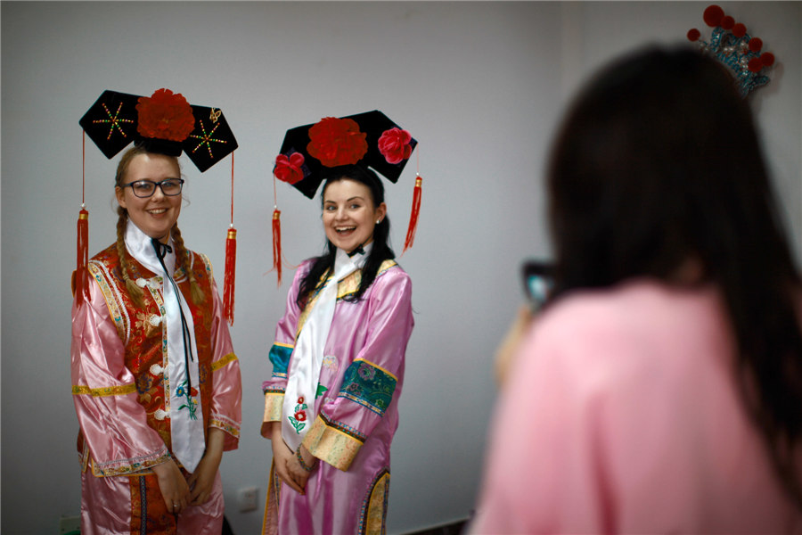 UK students experience Chinese culture in Tianjin[9]| Photos