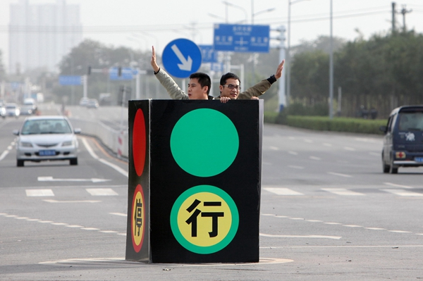 Traffic lights out? No problem for these two heroes
