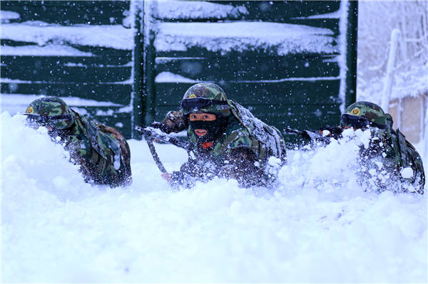 Border defense soldiers attend training in heavy snow in Xinjiang