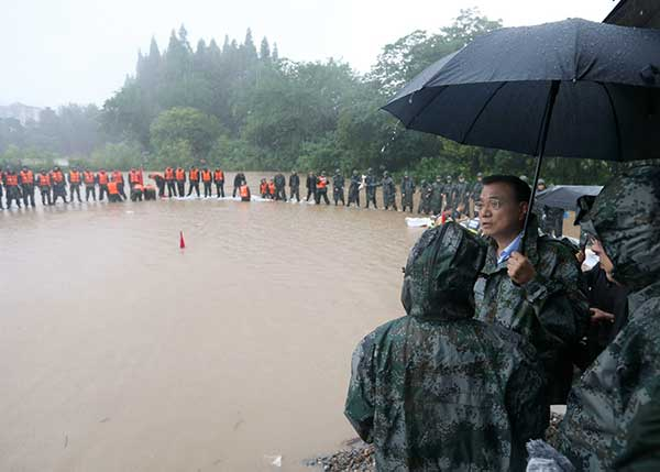 Premier Li stresses protecting lives in flood zone
