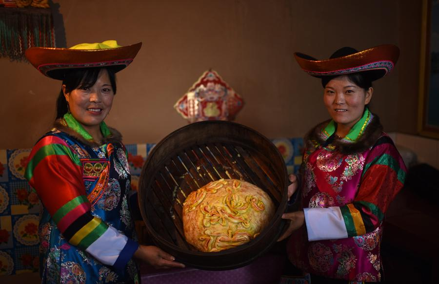 Tu ethnic group makes special mooncake for Mid-Autumn Festival