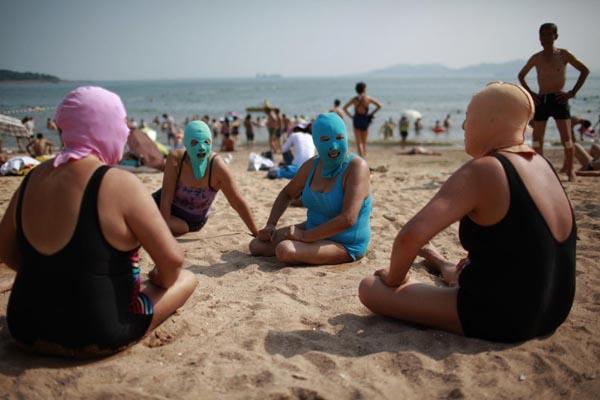 Enjoy the beach with a nylon mask