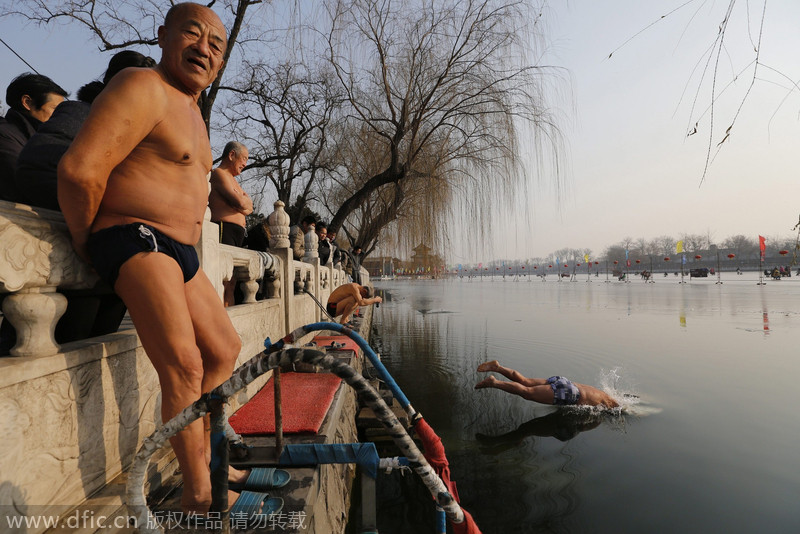 Elderly swimmers see health benefits in freezing water