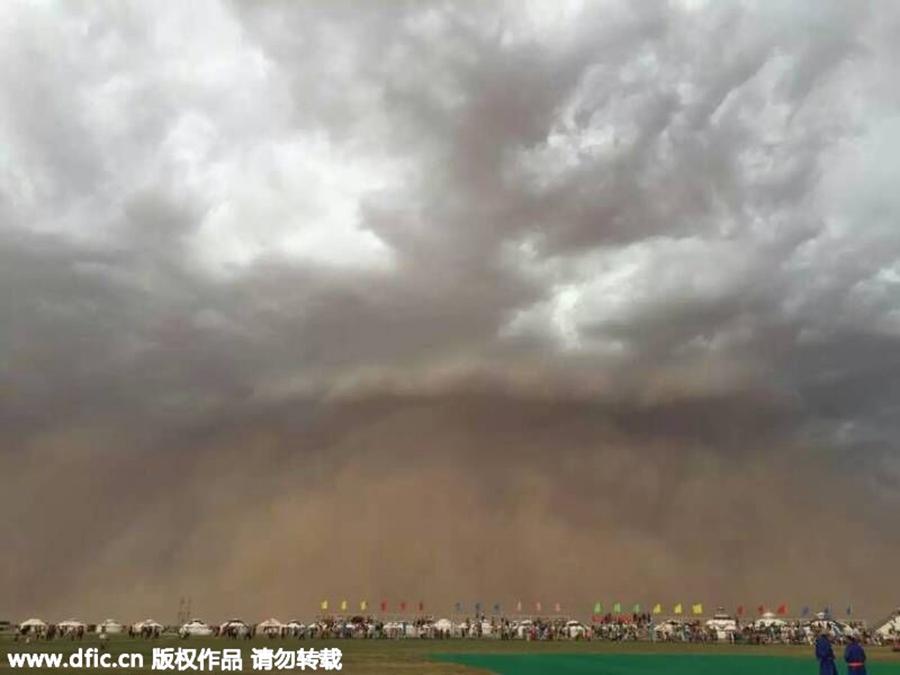 100-meter-high walls of sand sweep across Kashgar, Xinjiang China