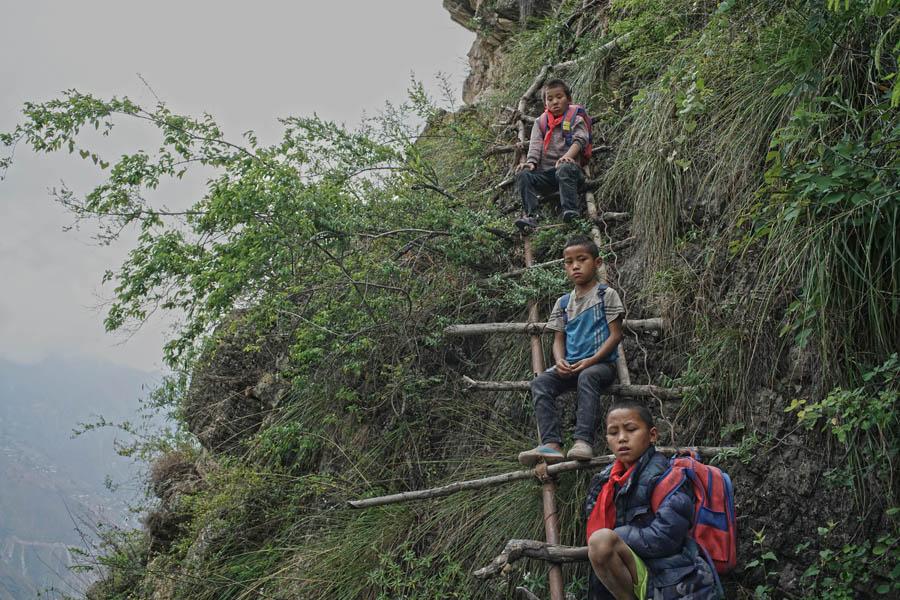 Chinese Kids Climb To School