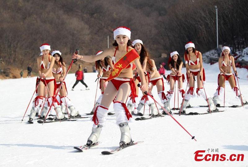 Bikini beauties ski for white christmas 1 popular for Where to go for a white christmas in usa