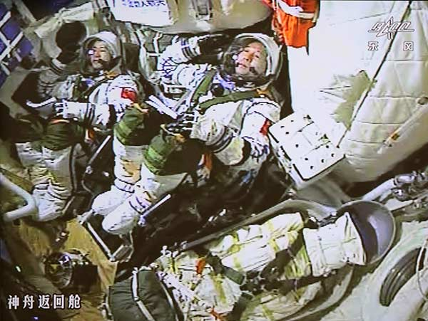 Astronauts enjoy range of delicacies on Shenzhou XI